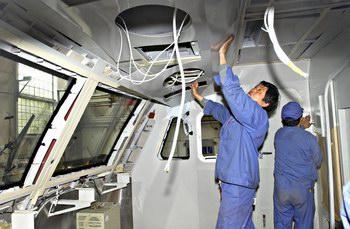 人在为韶山9型电力机车驾驶室做内部装修-组图 全国铁路4月18日进